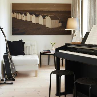 svart piano badhytter tavla vardagsrum