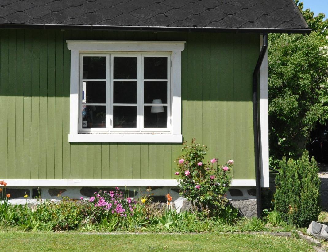 grön-träfasad-vitt-fönster
